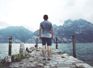 człowiek patrzący na jezioro